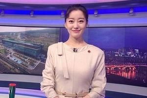 MC dẫn bản tin trên nóc khách sạn Hà Nội nổi tiếng ở Hàn Quốc thế nào?