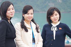 Nữ ca sĩ quyền lực Triều Tiên để mặt mộc, giản dị đến thăm Quảng Ninh