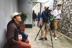 Phóng viên quốc tế say sưa ghi hình tại di tích nhà tù Hỏa Lò