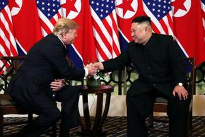 Cái bắt tay lịch sử của Tổng thống Mỹ và Chủ tịch Triều Tiên tại Hà Nội