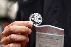 Nhiều người nghỉ làm để mua đồng xu chào mừng Hội nghị Thượng đỉnh Mỹ- Triều