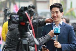 Nam phóng viên Hàn Quốc điển trai tác nghiệp ở Hà Nội gây 'bão' mạng