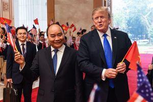 Khoảnh khắc TT Trump vui vẻ vẫy cờ Việt Nam khi gặp Thủ tướng Nguyễn Xuân Phúc