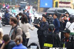Phóng viên trong nước, quốc tế chờ tin bên ngoài khách sạn Metropole