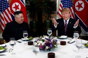 Hai nhà lãnh đạo Mỹ, Triều Tiên tươi cười ngồi cạnh nhau dự tiệc tối