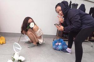 Cô gái khoe nhan sắc kiêu sa bên hoa hồng trắng nhưng hậu trường chụp ảnh siêu hài hước mới là điều gây chú ý