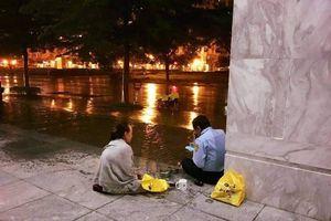Có một tình yêu ấm áp và giản đơn như thế: Vợ mang cơm đến cho chồng làm bảo vệ trong đêm mưa rét ở Sài Gòn