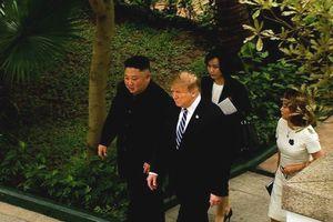 Hai ông Trump và Kim đi dạo trong vườn KS Metropole