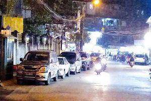 Xe đỗ hàng dài trên phố Nguyễn Quý Đức