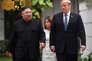 Lãnh đạo Mỹ - Triều cùng nhau đi dạo trong khuôn viên khách sạn Metropole Hà Nội