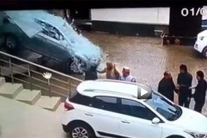 Hi hữu trường hợp khách hàng lái thử xe ngay trong đại lý, đâm vỡ cửa kính