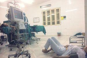 Bức ảnh chụp bác sĩ sản khoa bị ngất nằm truyền nước dưới đất sau ca mổ gây xúc động