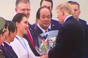 Nữ sinh giỏi 2 ngoại ngữ diện áo dài do HH Ngọc Hân thiết kế tặng hoa tiễn Tổng thống Donald Trump