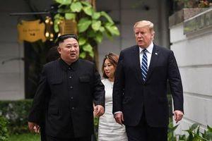 Tổng thống Trump và Chủ tịch Kim đi bộ cùng nhau sau cuộc gặp một - một