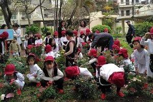 Học sinh Trường mầm non Việt - Bun háo hức trồng hoa hồng tại Đại sứ quán Bulgaria