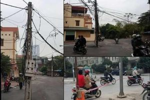 Nhiều cột điện nằm giữa đường gây mất an toàn giao thông ở Hà Đông