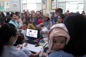Chen lấn tiêm vaccine dịch vụ