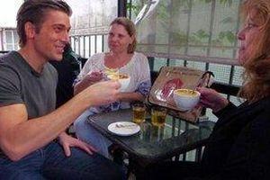 Phóng viên Mỹ hào hứng thử cà phê trứng và món ăn đường phố Hà Nội