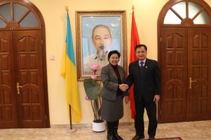 Đại sứ Nguyễn Anh Tuấn và Đại sứ Thái Lan kiêm nhiệm Ukraine chia sẻ kinh nghiệm trợ giúp cộng đồng