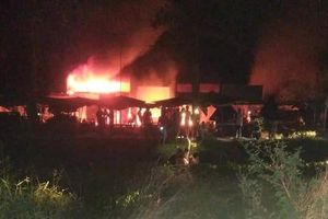 Cháy chợ Cà Nhung giữa khuya, 30 ki ốt bị thiêu rụi