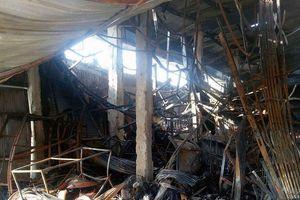 Cháy kinh hoàng giữa đêm khuya, 30 ki ốt ở chợ bị thiêu rụi