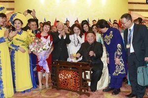Chủ tịch Kim Jong-un thích thú chơi đàn bầu và k'long put của Việt Nam