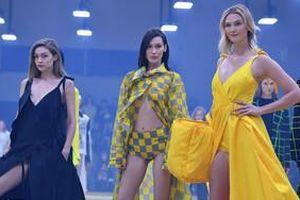 Siêu mẫu Karlie Kloss 'tái xuất' trên sàn catwalk đọ sắc cùng chị em nhà Hadid