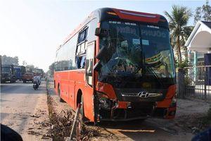 Quảng Ngãi: Xe khách mất lái gây tai nạn liên hoàn, khiến giao thông quốc lộ 1A ùn tắc hơn 3km