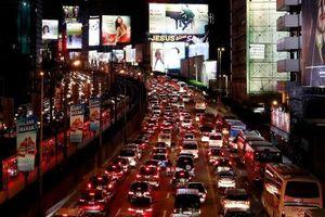Nỗi khổ Manila - làm việc trong xe, dạy con ở nhà vì sợ tắc đường