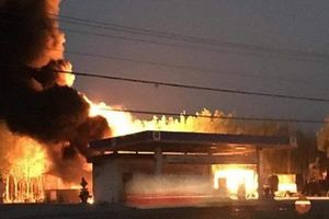 Xe bồn phát hỏa trong lúc tiếp nhiên liệu, cây xăng bốc cháy dữ dội