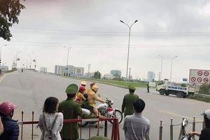 Thiếu tá CSGT dùng xe đặc chủng chở em bé đi bệnh viện trong ngày cấm đường