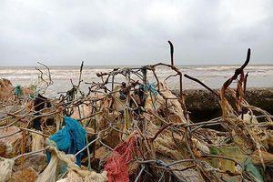 'Bẫy' đá hộc, lưới sắt B40 giăng trên bãi biển Sầm Sơn