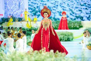 Hoa hậu Châu Ngọc Bích làm 'nàng thơ' đi catwalk ấn tượng
