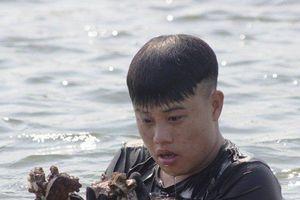 Con đường mưu sinh đầy gian nan của những phận đời lặn hàu ở sông Gianh