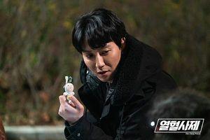 Gặp nạn 3 lần, Kim Nam Gil phải nhập viện vì gãy xương sườn khi quay phim 'Linh mục nhiệt huyết'