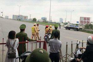 CSGT Bắc Ninh dùng xe đặc chủng chở 2 mẹ con đi cấp cứu khi QL 1 bị cấm đường