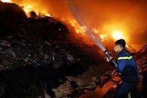 Bãi rác cháy hai ngày vẫn chưa được dập tắt