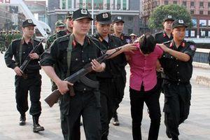 Cảnh sát nổ súng bắt tên cướp 9X trên xa lộ Hà Nội