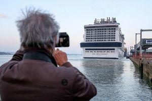 Check-in tàu khổng lồ giá 1,3 tỷ USD cập bến ở Anh