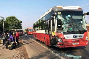 Hàng chục hành khách hoảng loạn vì xe khách đâm nhau