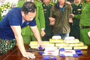 Xuyên rừng bắt đối tượng mang 60.000 viên ma túy