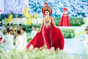 Lễ hội áo dài TP.HCM 2019: Châu Ngọc Bích làm vedette BST áo dài của Ngô Nhật Huy