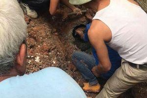 Người dân dùng búa rìu giải cứu thanh niên chui vào cống nước thải nhỏ hẹp suốt cả đêm