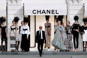 Cần tới 2 giám đốc nghệ thuật để làm việc của Karl Lagerfeld
