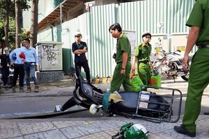 Bị ván từ cao ốc rơi trúng đầu, một thanh niên bất tỉnh