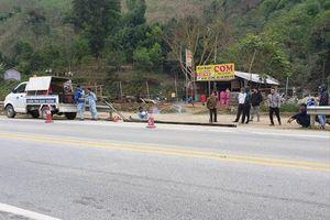 Phá rào lập lối đi, mở hàng quán trên cao tốc Nội Bài - Lào Cai