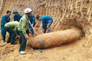 San lấp mặt bằng, người dân phát hiện bom 'khủng' trong vườn
