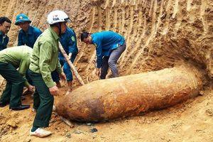 Phát hiện quả bom dài 2,5 mét khi san lấp mặt bằng ở Nghệ An
