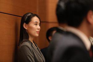 Em gái ông Kim Jong Un cố tránh tâm điểm nhưng vẫn được chú ý