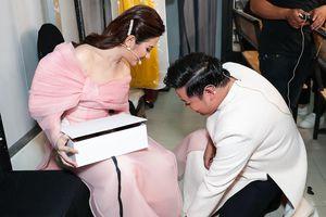 Quang Lê quỳ gối đeo giày cho 'ngọc nữ Bolero' Tố My